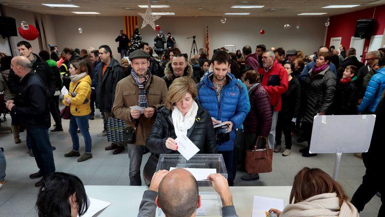 Inwoners van Barcelona brengen hun stem uit in een druk bezocht stembureau. Beeld null