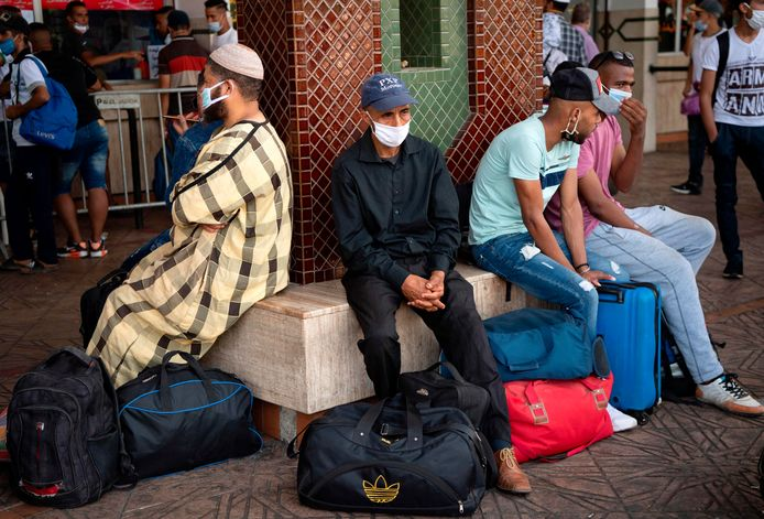 """Moroccans gather in the """"Ouled Ziane"""" bus station in Casablanca on July 27 ,2020 to leave the city before travel restrictions are imposed by authorities to smother a new outbreak of the novel coronavirus. (Photo by FADEL SENNA / AFP)"""