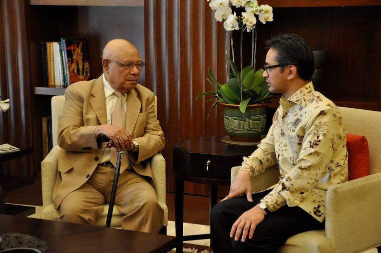 Jouwe, links, in 2010 in Jakarta met toenmalig minister Natalegawa. Beeld rv