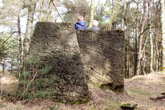 Een verrassing voor de kinderen: tussen de bomen in het bos doemen betonnen fundamenten op.  Gemaakt door de Duitsers in de Tweede Wereldoorlog.