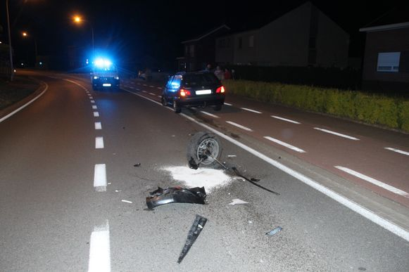 Na de botsing met de Peugeot belandde het voorwiel van de Renault op het wegdek.