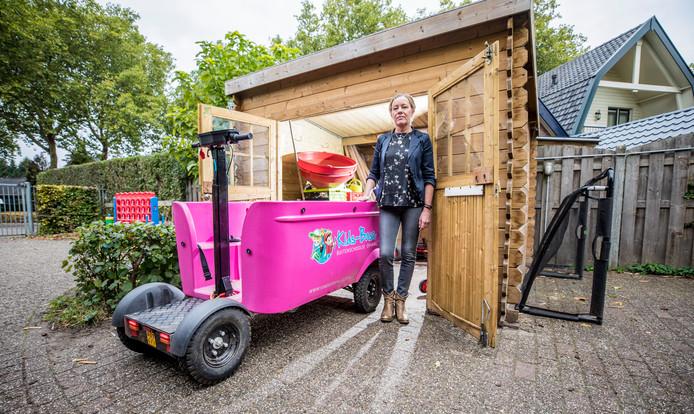 Directeur Inge Tijdhof van kinderopvang Koos rijdt de Stint de schuur in. Sinds Oss wordt de bakfiets niet gebruikt. ,,Vertrouwen is van groot belang.''