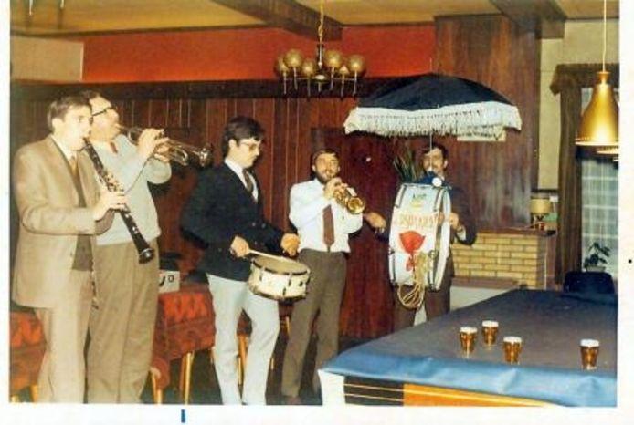 De allereerste repetitie eind 1970. Van links naar rechts: Ger van den Kerkhof, Piet Mijzen, Kees Rommens, Frans Wienants en Frans Bartels bij café Arnouts.