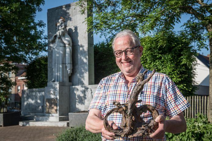Voorzitter Frank Wauters en z'n Krottegemse Ransels blazen op 1 juni de allereerste Belgische kermiskoers nieuw leven in. In 2020 willen ze wereldkampioen Jean-Pierre Monseré zelfs eren met een standbeeld. Op de foto toont Frank een miniatuur van dat beeld.