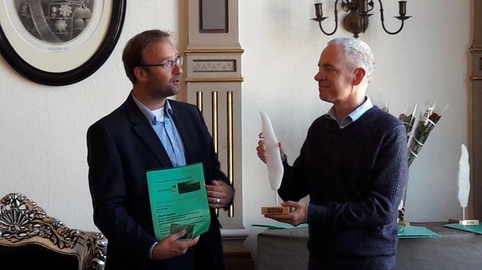 Paul Bezembinder (rechts) ontvangt de prijs uit handen van wethouder Menno Rozendaal