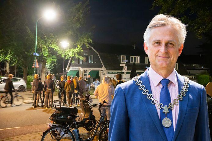 Tientallen jongeren kwamen in opstand tegen de sluiting van De Kuil na een coronaboete. Inzet: burgemeester Rob Metzvan Soest.