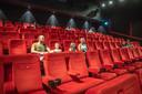 De familie Ten Kulve zit klaar voor de eerste voorstelling in bioscoop Pathé in Zwolle.