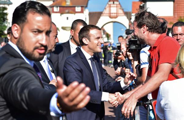 **Onderzoek naar veiligheidsman van Macron na hardhandig optreden**