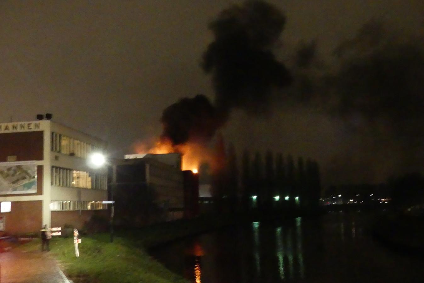 De brand in het achterste deel van de oude verffabriek aan de Eem vernielde vrijdag het bijna geopende Knopjesmuseum.