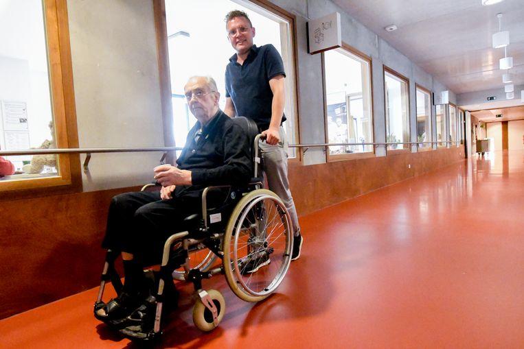 """Af en toe neemt Boris (21) zijn buurman Jozef Wuyts (84) op sleeptouw. """"Binnenkort neem ik hem mee naar het Frederik Van Eedenplein in Antwerpen, waar hij is opgegroeid."""""""