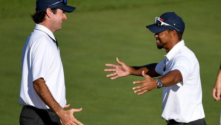 Vice-aanvoerders Tiger Woods (rechts) juicht met Bubba Watson nadat de Verenigde Staten de Ryder Cup van 2016 heft gewonnen. Beeld getty
