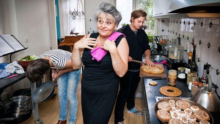 Maroeska Metz in de keuken met haar kinderen Arne en Mimi. © Marc Driessen Beeld