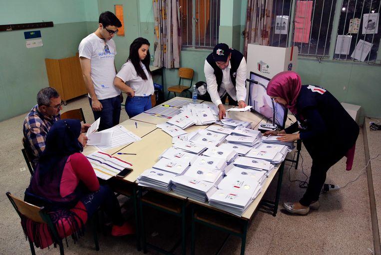 De stemmen worden geteld in een stembureau in de Libanese hoofdstad Beiroet.