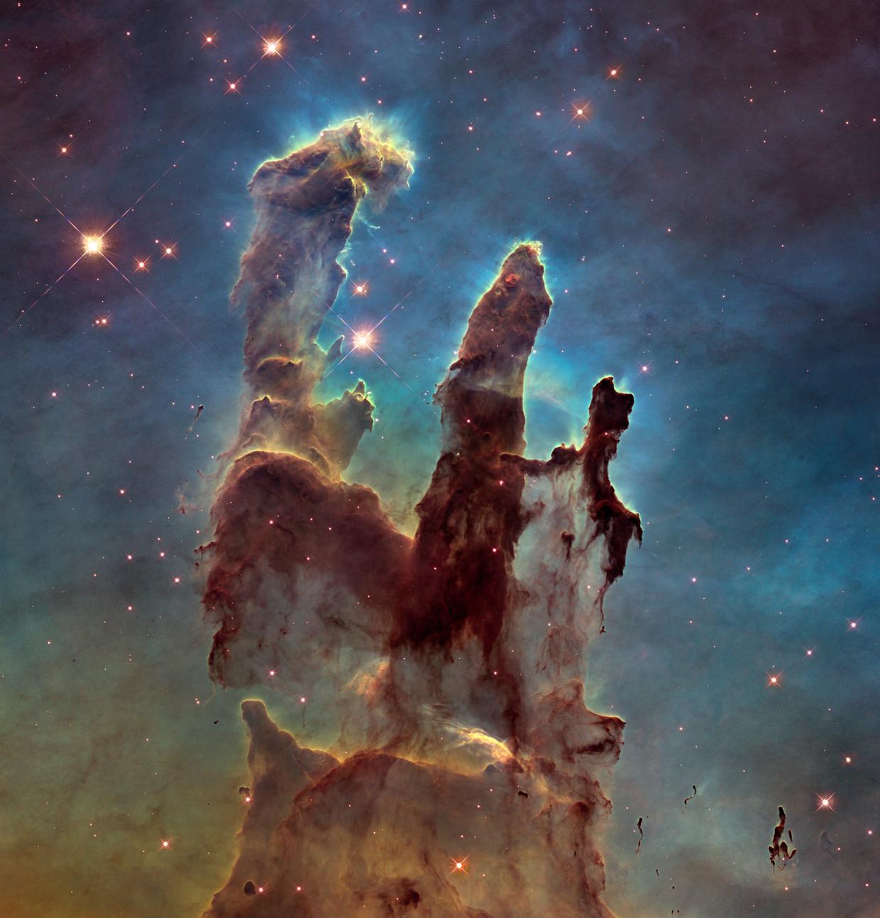 Bij zijn 25ste verjaardag presenteerde ruimtetelescoop Hubble deze nieuwe versie van de wereldberoemde Pillars of Creation. Beeld Nasa, Esa/Hubble