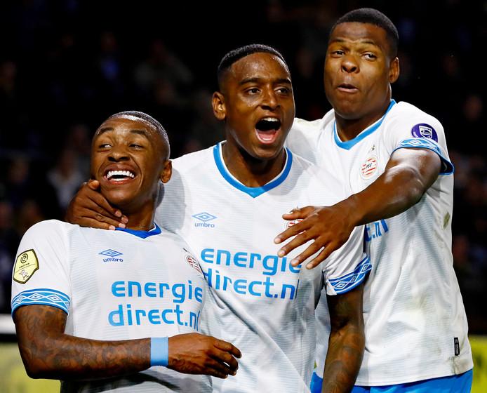 NAC-PSV: Bergwijn (l), Rosario (m) en Dumfries (r) vieren de 0-2 van PSV.