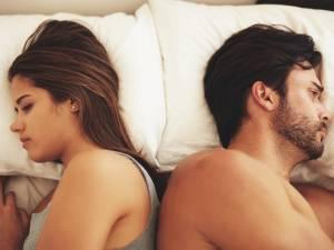 D'après les experts, les couples qui dorment dans ces positions battent de l'aile