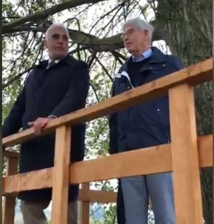 Peter de Vries en Kees de Jong (rechts) in de uitkijkpost. Beeld uit de livestream van de gemeente Maasdriel.