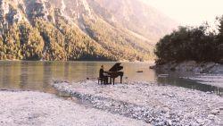 Antwerpse pianist sleept vleugelpiano naar Tirools bergmeer