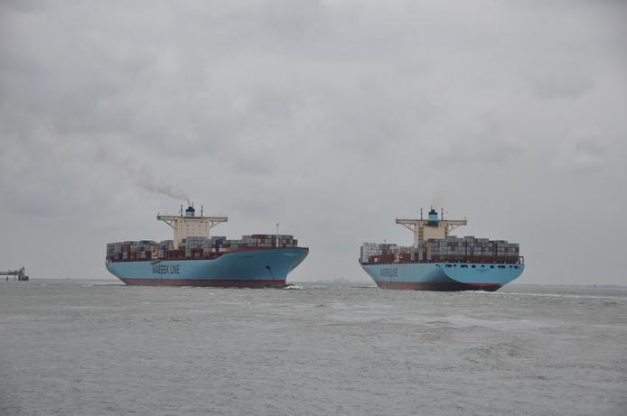 Zusterschepen Evelyn Maersk (links) en Eleonora Maersk begroeten elkaar op de Westerschelde bij Terneuzen.