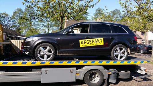 De politie nam een aantal voertuigen in beslag.
