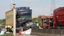 Auto verpletterd door twee vrachtwagens in Desteldonk: bestuurder (25) overleden