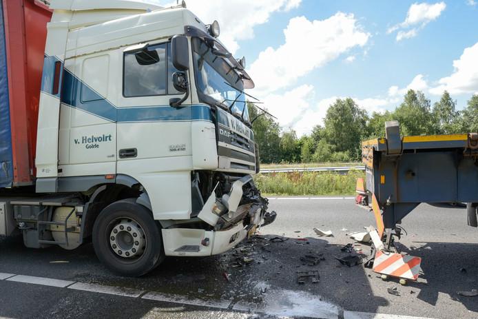 De vrachtwagens liepen flinke schade op bij een ongeval op de A16.