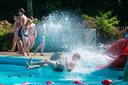 Verkoeling in het zwembad ligt voor de hand. Maar hoe houden gemeenten hun binnensteden koel?