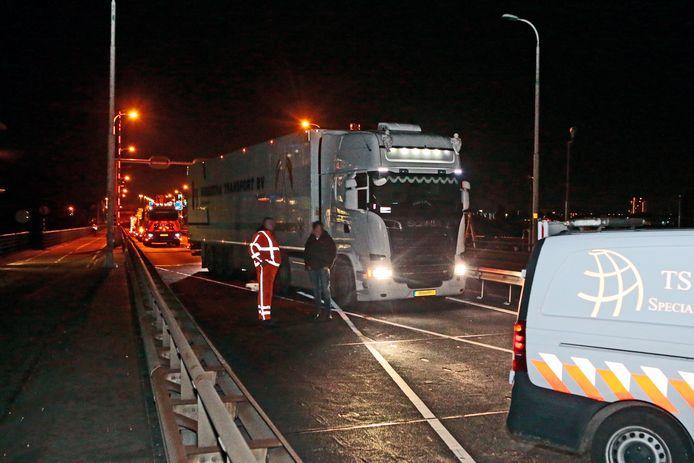 De vrachtwagenchauffeur die de afsluiting op de A27 miste, moest wel stoppen omdat wegwerkers met hun eigen auto de weg blokkeerden.