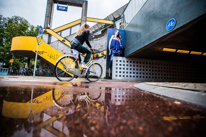 Als het regent, staat niet alleen het fietspad bij station Arnhem Velperpoort onder water.