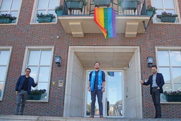 De vlag werd ontvouwd in het bijzijn van Peltenaar Glen Mandos, finalist van de Mister Gay Belgium-verkiezing 2020.