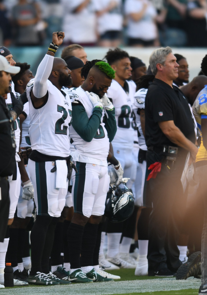 Malcolm Jenkins van de Philadelphia Eagles steekt zijn vuist op tijdens het volkslied.
