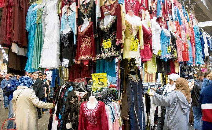 De Beverwijkse Bazaar is, met 3000 kramen en marktwinkels, een van de de grootste overdekte markten van Europa.