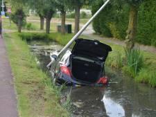 Oeps! Automobilist ramt lantaarnpaal en belandt in de sloot