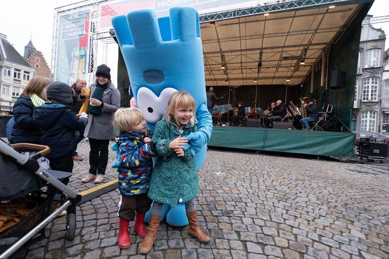 MECHELEN - Ook Rommy Rombouts, de mascotte van Mechelen Kinderstad, was van de partij op het nieuwjaarsfeest op de Grote Markt