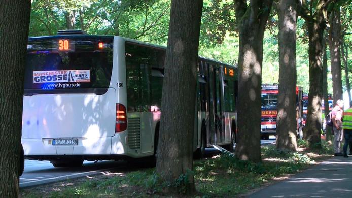De politie doet onderzoek bij een lijnbus in Lübeck, waar een nog onbekende man met een keukenmes passagiers verwondde.