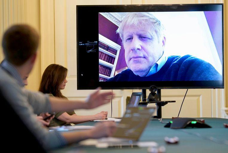 De Britse premier Boris Johnson tijdens een teleconferentie. Beeld AP