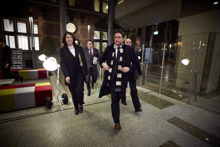 Frans Weekers (M) verlaat de Tweede Kamer nadat hij tijdens een debat bekend heeft gemaakt dat hij opstapt. Beeld null