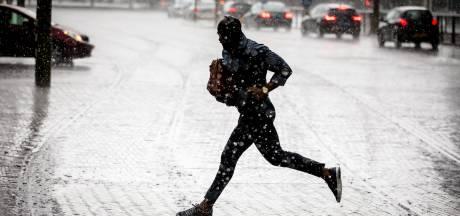Stevige hoosbui verrast Drenthe: straten staan blank