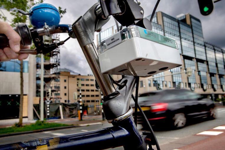 Met een kastje aan het stuur meten 'Snuffelfietsers' in Utrecht de luchtkwaliteit. Beeld Maarten Hartman