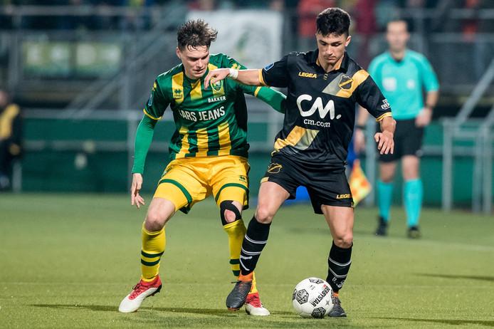 Manu Gracía beschermt de bal tegen Hagenaar Danny Bakker.
