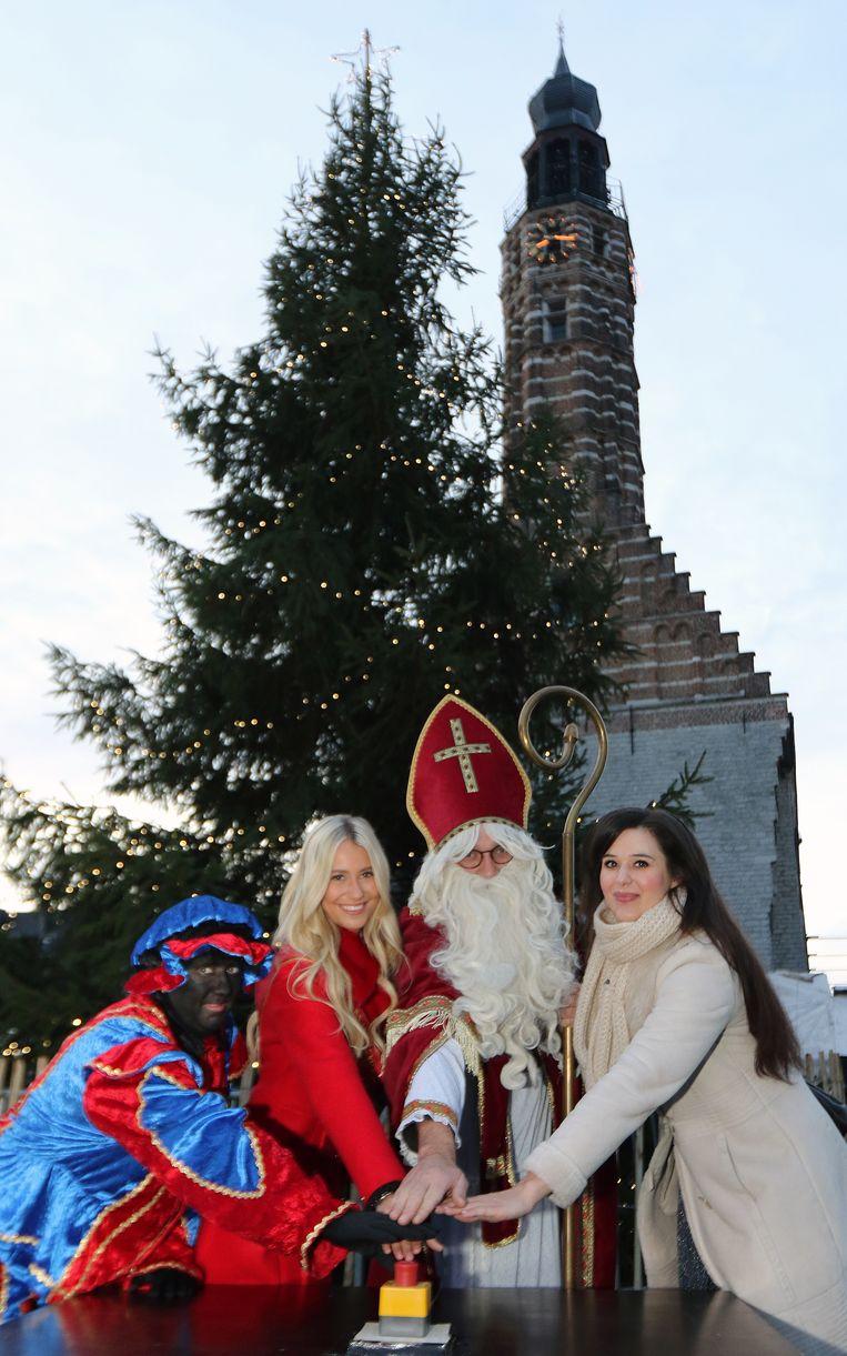 Zwarte Piet, Celine Van Ouytsel, Sinterklaas en schepen Yoleen Van Camp staken de kerstverlichting aan.