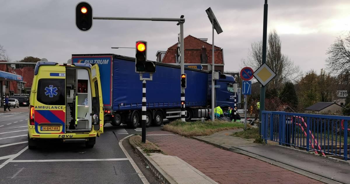 Fietser aangereden door afslaande vrachtwagen in Rhenen, N225 dicht.