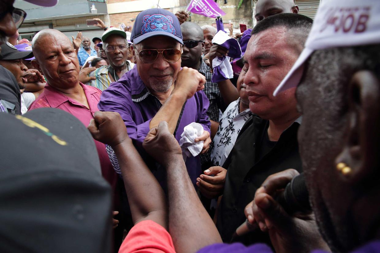 Desi Bouterse tijdens een verkiezingscampagne in de vorm van een optocht van de Nationale Democratische Partij (NDP). Suriname gaat op 25 mei naar de stembus voor de parlementsverkiezingen.