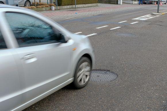 De riooldeksels op de Brusselsesteenweg worden vanaf maandag vervangen.