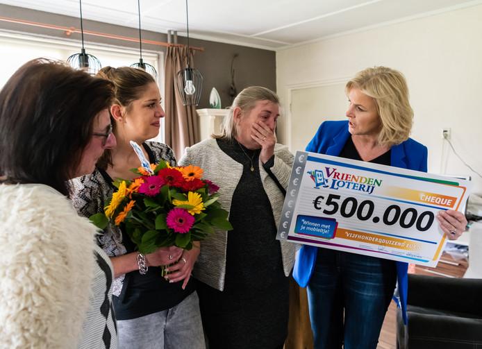 Erna uit Olst krijgt de cheque ter waarde van een half miljoen euro overhandigd door Irene Moors.