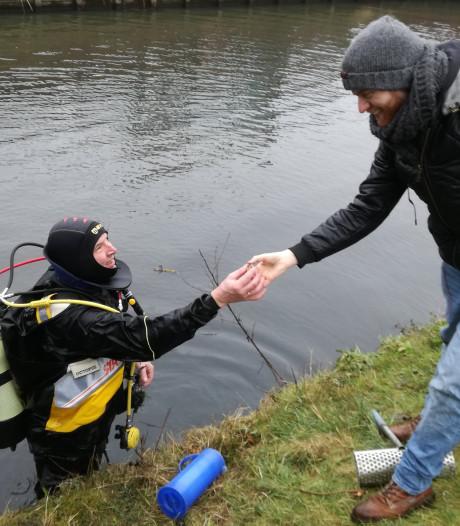 Vrijwilliger haalt verloren ring met as van moeder van Chiel uit water