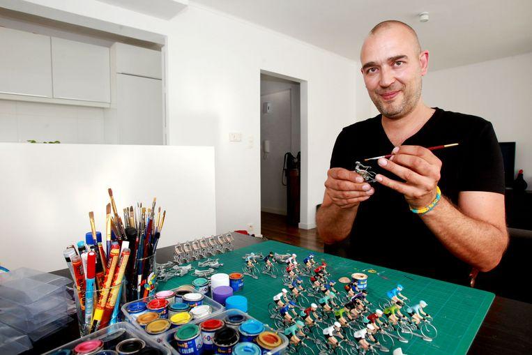 Yann Simperl maakt de wielrennertjes zelf in zijn living.