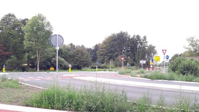 Op de voorgrond de Leenderweg richting centrum Heeze. Midden rechts het begin van de randweg.