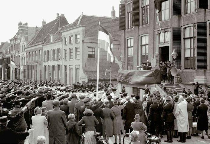 In mei 1942 maakte de Zaltbommelse fotograaf Van den Bergh op de Markt in Zaltbommel deze foto van de installatie van NSB-burgemeester Jan Boll.