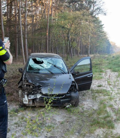 Automobilist heeft engeltje op schouder bij ongeval op A27, houten paal doorboort voorruit